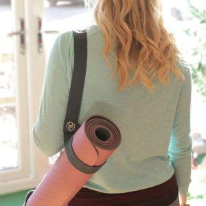 yogamat draagriem is ideaal om je yoga mat op de fiets of lopend mee te nemen naar de sportschool of studio