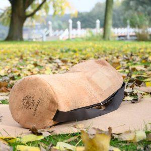 Deze yoga mat tas is gemaakt van biologisch kurk én van het merk Samarali nu verkrijgbaar bij Yoga-Pilatesshop.nl!