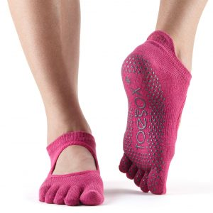 sokken met anti slip en tenen in de kleur roze vindt je online bij yoga-pilatesshop.nl