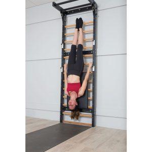 pilates oefeningen toepassen op een fuse ladder voor het verbeteren van kracht en balans