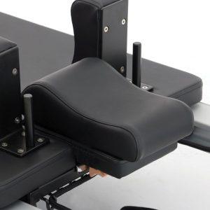 pilates reformer uitbreiden met een nek kussen om uw nek te ondersteunen tijdens pilates oefeningen