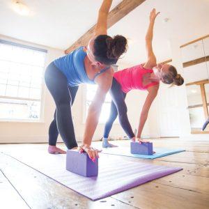 yoga blokken gebruiken in verschillende staande en zittende houdingen